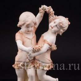 Статуэтка из фарфора Танцующие дети с гирляндой цветов, Royal Vienna Wahliss, Австрия,, Кон 19, нач. 20 вв.
